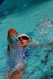 仰泳游泳者 库存照片