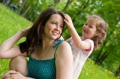 任意享受她的母亲时间 免版税图库摄影