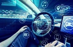 任意使用汽车的人在自动驾驶仪方式手 免版税库存图片