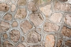 任意形状自然多孔石头背景,被紧固与水泥冗长的句子一起 免版税库存照片