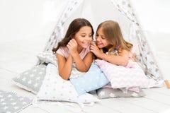 份额秘密概念 女孩逗人喜爱的孩子在圆锥形帐蓬卧室放置放松 休闲的逗人喜爱的空间 内部现代 库存图片