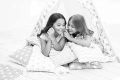 份额秘密概念 女孩逗人喜爱的孩子在圆锥形帐蓬卧室放置放松 休闲的逗人喜爱的空间 内部现代 免版税图库摄影