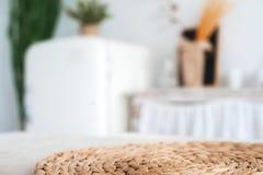 仿照破旧样式的白色织地不很细厨房 在一个生态样式和顶楼样式的一张大桌 土气架子,餐巾,老r 免版税库存照片