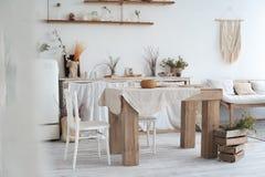 仿照破旧样式的白色织地不很细厨房 在一个生态样式和顶楼样式的一张大桌 土气架子,餐巾,老r 库存图片