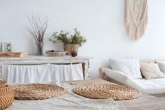 仿照破旧样式的白色织地不很细厨房 在一个生态样式和顶楼样式的一张大桌 土气架子,餐巾,老r 图库摄影