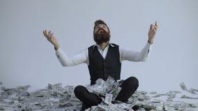 企业、人、成功和时运概念-与美元金钱堆的愉快的商人  在a下的愉快的商人 影视素材