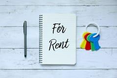 企业、财务和物产概念 笔、钥匙和笔记本顶视图写与为租 库存照片