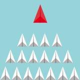 企业与红色纸平面带领的白色飞机的领导概念 库存照片