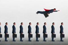 企业与超级英雄商人飞行的进展概念 免版税库存图片