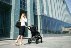 企业世界的母亲与婴儿车 免版税图库摄影