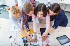 企业业务会议在有青年人的办公室 免版税图库摄影
