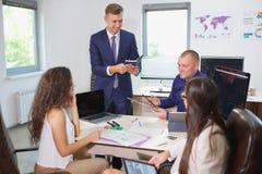 企业业务会议在有青年人的办公室 库存图片