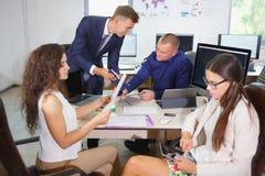 企业业务会议在有青年人的办公室 免版税库存图片