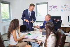 企业业务会议在有青年人的办公室 免版税库存照片