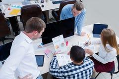 企业业务会议在有青年人的办公室 库存照片
