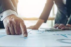 企业两与财务数据的同事分析配合  免版税库存图片