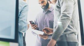 企业乘员组会议 照片帐户经理与新的起始的项目一起使用 握现代智能手机手的经理 免版税库存照片