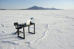 企业书桌和空的户外办公室椅子白色沙漠 免版税图库摄影