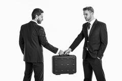 企业交换概念 手提箱移交在部分的手上 免版税库存照片
