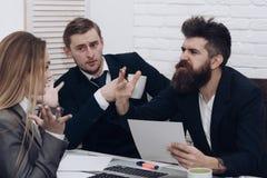 企业交涉,谈论成交的情况 商务伙伴或商人在会议,办公室背景上 妇女 库存图片
