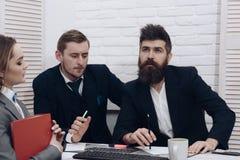企业交涉,谈论成交的情况 商务伙伴或商人在会议,办公室背景上 免版税库存图片