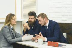 企业交涉,谈论成交的情况 商务咨询概念 商务伙伴或商人在 库存照片