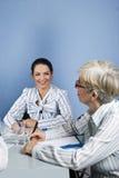 企业交谈高级妇女年轻人 免版税库存照片