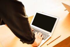 企业人会议在办公室概念,使用计算机,在企业规划的巧妙的设备与空白的显示器屏幕 图库摄影