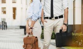 企业人公文包在手上 免版税库存照片