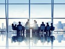 企业人剪影在证券交易经纪人行情室 库存图片