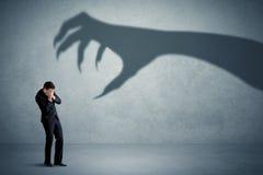 企业人害怕一个大妖怪爪阴影概念 库存图片