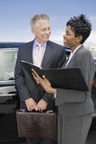 企业人谈论报告在机场 库存照片