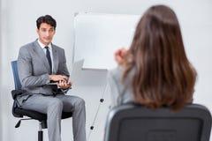 企业介绍在有男人和妇女的办公室 图库摄影