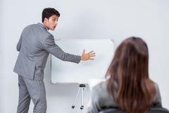 企业介绍在有男人和妇女的办公室 免版税库存图片