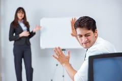 企业介绍在有男人和妇女的办公室 库存照片