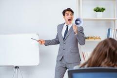 企业介绍在有男人和妇女的办公室 库存图片