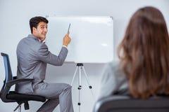 企业介绍在有男人和妇女的办公室 免版税图库摄影