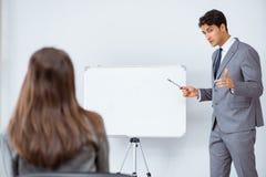 企业介绍在有男人和妇女的办公室 免版税库存照片