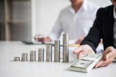 企业会计或银行家,两商务伙伴分析机智 免版税库存照片