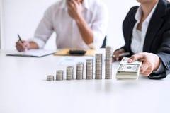 企业会计或银行家,两商务伙伴分析机智 免版税库存图片