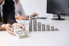 企业会计或银行家,两商务伙伴分析机智 图库摄影