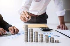 企业会计或银行家,两商务伙伴分析机智 库存图片