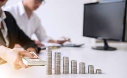 企业会计或银行家,两商务伙伴分析机智 库存照片