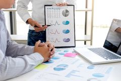 企业会计银行业务,商务伙伴提供计算 免版税库存照片