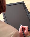 企业使用妇女的个人计算机片剂 库存图片