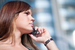 企业使用妇女年轻人的移动电话 免版税库存图片
