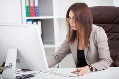 企业例证JPG人向量 妇女画象在办公室 美丽的Confiden 库存照片