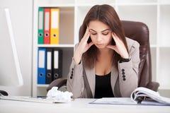 企业例证JPG人向量 妇女画象在办公室 美丽的Confiden 免版税库存图片
