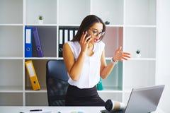 企业例证JPG人向量 妇女画象在办公室 免版税库存照片