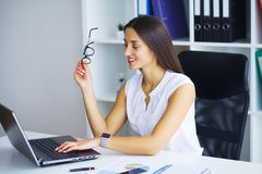 企业例证JPG人向量 妇女画象在办公室 库存照片